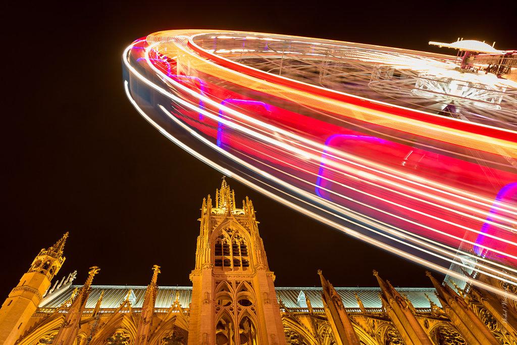 07-La-Cathedrale-Saint-Etienne-et-la-grande-roue-de-Noel-sur-la-Place-dArmes-MG-2501.JPG